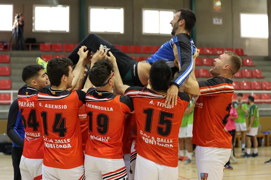 El porter, mantejat pels seus companys d'equip a la fi del partit.